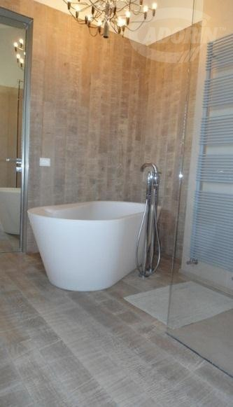 Bathroom covering - Ivory sand Oak